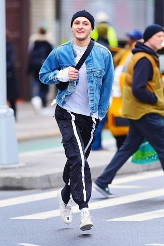 Comment porter: veste en jean bleue, t-shirt à col rond blanc, pantalon de jogging bleu marine, baskets basses blanches