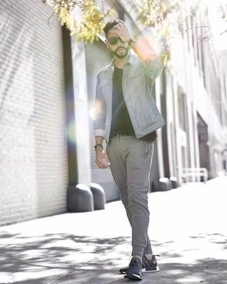 Comment s'habiller à 30 ans quand il fait chaud: Essaie d'associer une veste en jean grise avec un pantalon de jogging gris pour un look de tous les jours facile à porter. Décoince cette tenue avec une paire de des chaussures de sport noires et blanches.