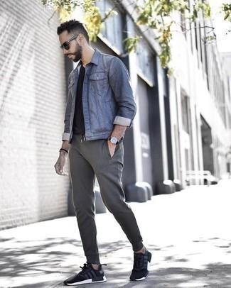Comment s'habiller à 30 ans quand il fait chaud: Choisis une veste en jean bleue et un pantalon de jogging gris pour une tenue idéale le week-end. Pourquoi ne pas ajouter une paire de des chaussures de sport noires et blanches à l'ensemble pour une allure plus décontractée?