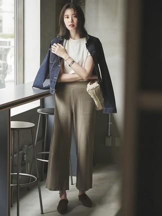 Comment porter: veste en jean bleu marine, t-shirt à col rond blanc, pantalon large en tricot beige, mules en daim marron foncé