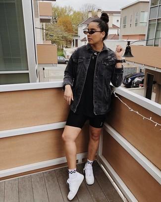 Comment porter: veste en jean noire, t-shirt à col rond noir, short cycliste noir, baskets basses en cuir blanches