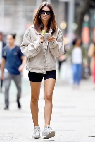 Comment porter: veste en jean beige, t-shirt à col rond jaune, short cycliste noir, baskets basses blanches
