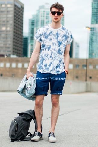 Comment porter: veste en jean bleu clair, t-shirt à col rond imprimé tie-dye bleu, short imprimé tie-dye bleu marine, chaussures derby en daim beiges