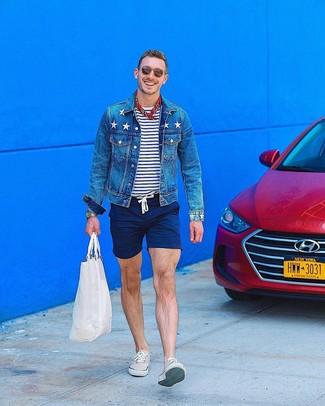 Comment porter: veste en jean bleue, t-shirt à col rond à rayures horizontales blanc et bleu marine, short bleu marine, baskets basses beiges