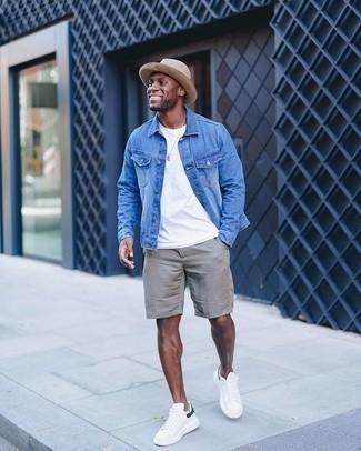 Comment porter un bob: Pense à porter une veste en jean bleue et un bob pour une tenue idéale le week-end. Transforme-toi en bête de mode et fais d'une paire de des baskets basses en toile blanc et bleu marine ton choix de souliers.