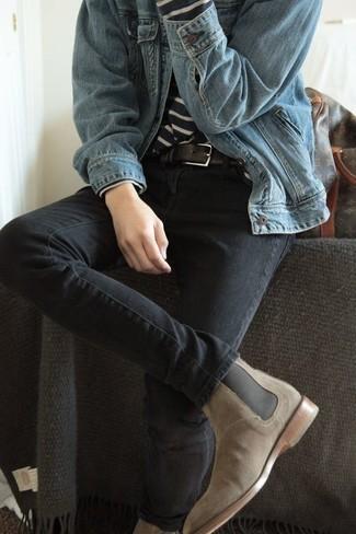 Comment porter des bottines chelsea en daim beiges: Pour créer une tenue idéale pour un déjeuner entre amis le week-end, essaie d'associer une veste en jean bleu clair avec un jean gris foncé. Une paire de des bottines chelsea en daim beiges est une façon simple d'améliorer ton look.