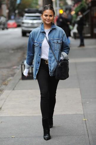 Comment porter une ceinture en daim noire: Essaie d'associer une veste en jean bleue avec une ceinture en daim noire pour une tenue idéale le week-end. Une paire de des bottines en cuir noires s'intégrera de manière fluide à une grande variété de tenues.