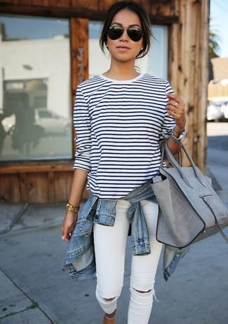 Pour créer une tenue idéale pour un déjeuner entre amis le week-end, essaie de marier une veste en jean bleue claire avec un jean skinny déchiré blanc.