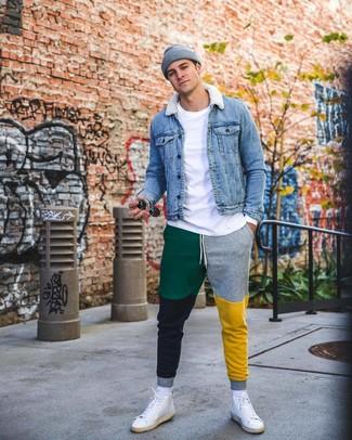 Comment porter: veste en jean bleue, t-shirt à manche longue blanc, pantalon de jogging multicolore, baskets montantes en cuir blanches