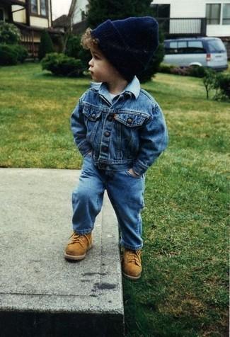 Comment porter: veste en jean bleue, t-shirt blanc, jean bleu, bottes marron clair