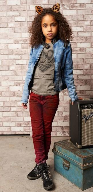 Comment porter: veste en jean bleue, t-shirt imprimé gris, jean bordeaux, baskets noires
