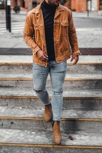 Comment porter un pull à col roulé noir: Pense à opter pour un pull à col roulé noir et un jean skinny déchiré bleu clair pour une tenue relax mais stylée. D'une humeur créatrice? Assortis ta tenue avec une paire de des bottines chelsea en daim marron clair.