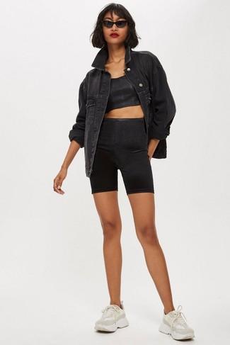 Comment porter: veste en jean noire, top court noir, short cycliste noir, chaussures de sport beiges