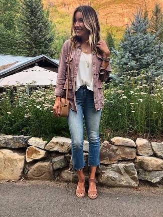 Comment porter: veste en jean rose, top sans manches en chiffon blanc, jean bleu, sandales à talons en daim marron