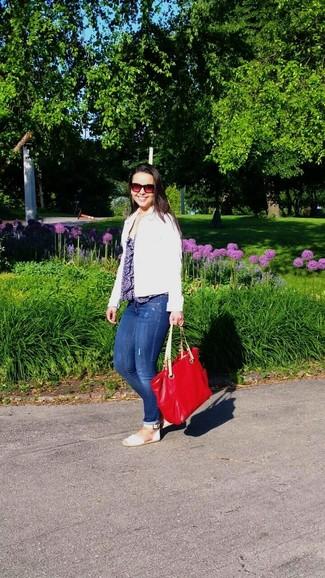 Comment porter: veste en jean blanche, top sans manches imprimé bleu, jean skinny déchiré bleu, espadrilles en cuir blanches