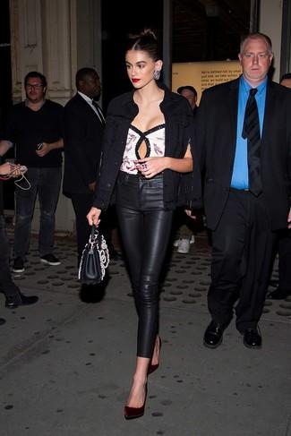 Comment porter: veste en jean noire, top sans manches pailleté blanc, pantalon slim en cuir noir, escarpins en velours bordeaux