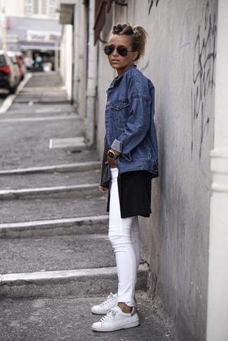 Pense à porter une veste en jean bleue et une montre dorée pour une impression décontractée. Cet ensemble est parfait avec une paire de des baskets basses en cuir blanches.