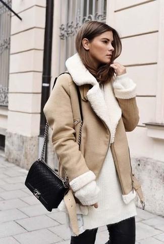 Comment porter: veste en peau de mouton retournée beige, pull à col roulé en mohair en tricot blanc, jean skinny noir, sac bandoulière en cuir matelassé noir
