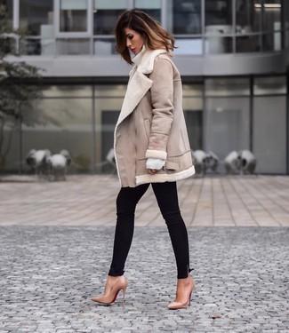 Comment porter: veste en peau de mouton retournée beige, pull à col roulé en laine blanc, jean skinny noir, escarpins en cuir marron clair