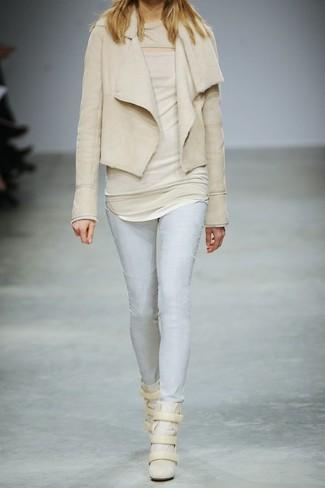 Comment porter: veste en peau de mouton retournée beige, top sans manches beige, jean skinny bleu clair, baskets compensées en daim beiges