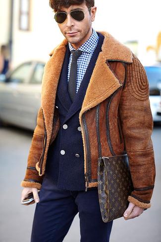 Comment porter: veste en peau de mouton retournée tabac, blazer croisé en laine bleu marine, chemise de ville en vichy bleu marine et blanc, pantalon de costume bleu marine
