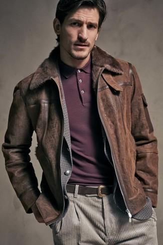 Comment porter: veste en peau de mouton retournée marron foncé, blazer en vichy gris, polo bordeaux, jean en velours côtelé beige