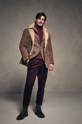Comment porter: veste en peau de mouton retournée marron, blazer écossais marron, pull à col roulé en tricot bordeaux, pantalon chino en velours côtelé bordeaux