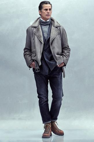 Comment s'habiller après 40 ans en hiver: Pour créer une tenue idéale pour un déjeuner entre amis le week-end, pense à associer une veste en peau de mouton retournée grise avec un jean gris foncé. Jouez la carte décontractée pour les chaussures et assortis cette tenue avec une paire de bottes de travail en cuir marron. Un look génial qui sent bon l'hiver.
