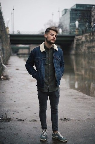 Comment s'habiller pour un style relax: Essaie de marier une veste en peau de mouton retournée bleu marine avec un jean skinny déchiré gris foncé pour un look idéal le week-end. Transforme-toi en bête de mode et fais d'une paire de des baskets basses en toile bleu canard ton choix de souliers.