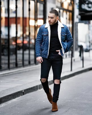 Comment porter une veste en peau de mouton retournée en denim bleue: Marie une veste en peau de mouton retournée en denim bleue avec un jean skinny déchiré noir pour un look confortable et décontracté. Une paire de bottines chelsea en daim marron est une façon simple d'améliorer ton look.