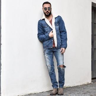 Comment porter: veste en peau de mouton retournée en denim bleue, t-shirt à col rond bordeaux, jean déchiré bleu, bottines chelsea en daim grises
