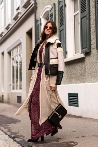 Comment porter: veste en peau de mouton retournée noire et blanche, cardigan long beige, robe longue en chiffon à fleurs rouge, bottes mi-mollet en daim noires