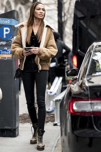 Comment porter: veste en peau de mouton retournée marron clair, cardigan noir, pantalon slim en cuir noir, bottines plates à lacets en cuir marron clair