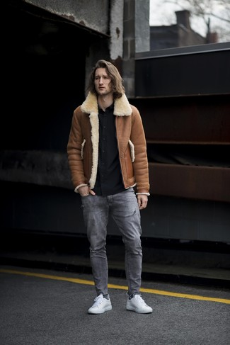 Comment porter: veste en peau de mouton retournée marron, chemise à manches longues noire, jean déchiré gris, baskets basses en cuir blanches