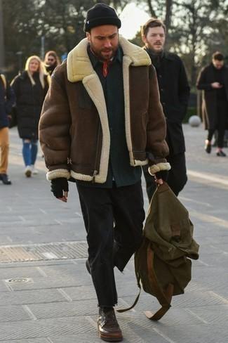 Comment s'habiller pour un style chic decontractés: Pour créer une tenue idéale pour un déjeuner entre amis le week-end, choisis une veste en peau de mouton retournée marron et un jean noir. Assortis ce look avec une paire de bottines chukka en cuir marron.