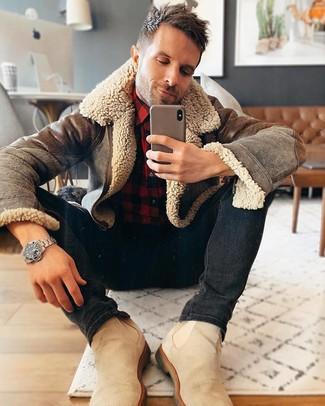 Comment porter: veste en peau de mouton retournée marron, chemise à manches longues en flanelle à carreaux rouge et noir, jean skinny noir, bottines chelsea en daim beiges