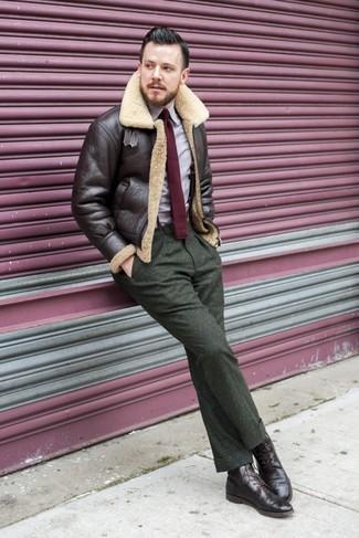 Comment porter: veste en peau de mouton retournée marron foncé, chemise à manches longues violet clair, pantalon de costume en laine olive, bottes brogue en cuir marron foncé