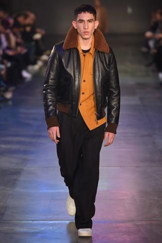 Comment porter: veste en peau de mouton retournée noire, chemise à manches longues en flanelle orange, t-shirt à col rond noir, pantalon chino noir