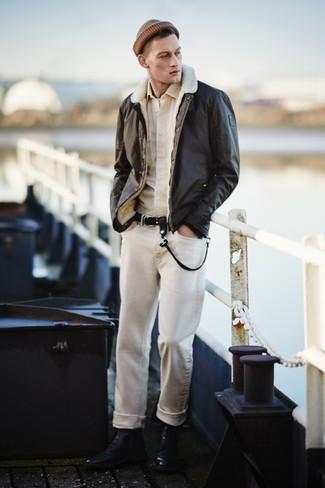 Comment porter: veste en peau de mouton retournée marron foncé, chemise à manches longues beige, t-shirt à col rond blanc, jean beige