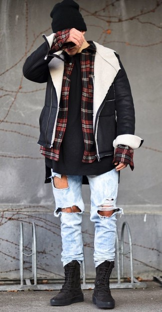 Comment porter: veste en peau de mouton retournée noire et blanche, chemise à manches longues en flanelle à carreaux rouge et noir, t-shirt à col rond noir, jean déchiré bleu clair