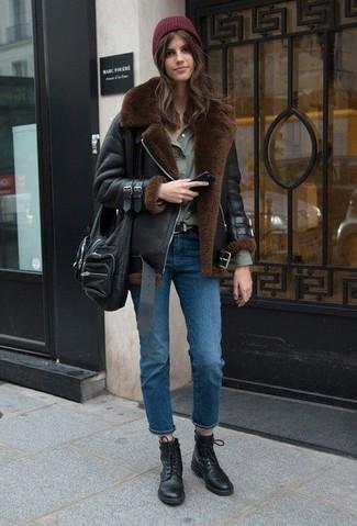 Comment porter: veste en peau de mouton retournée noire, chemise de ville olive, jean bleu, bottines plates à lacets en cuir noires
