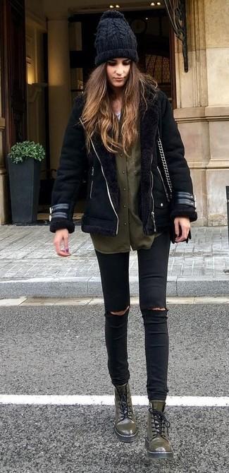 Comment porter: veste en peau de mouton retournée noire, chemise de ville olive, jean skinny déchiré noir, bottines plates à lacets en cuir olive