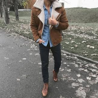 Comment porter: veste en peau de mouton retournée marron, chemise en jean bleu clair, débardeur gris, pantalon chino noir