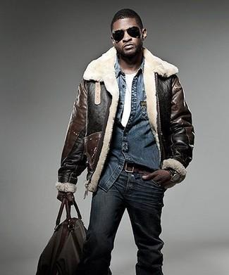 Comment porter: veste en peau de mouton retournée marron foncé, chemise en jean bleu marine, t-shirt à col rond blanc, jean bleu marine