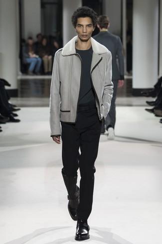 Pense à associer un pull à col rond gris foncé avec un pantalon de costume noir pour une silhouette classique et raffinée. Cette tenue est parfait avec une paire de des bottines chelsea en cuir noires.