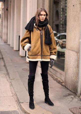 Comment porter: veste en peau de mouton retournée tabac, jean skinny noir, bottes hauteur genou en daim noires, gants en laine gris