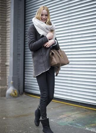 Comment porter: veste en peau de mouton retournée gris foncé, jean skinny noir, bottes ugg noires, sac fourre-tout en cuir marron