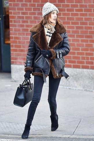 Comment porter: veste en peau de mouton retournée noire, jean skinny noir, bottines chelsea en daim noires, sac fourre-tout en cuir noir