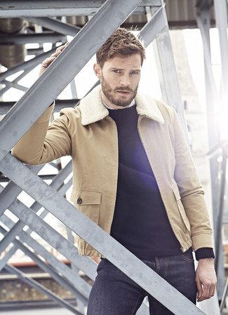 Tenue de Jamie Dornan: Veste en peau de mouton retournée marron clair, Pull à col rond noir, Chemise à manches longues à rayures verticales blanche, Jean bleu marine