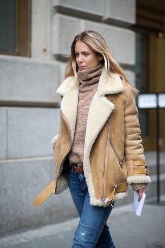 Comment porter: veste en peau de mouton retournée marron clair, pull à col roulé marron clair, jean déchiré bleu, ceinture en cuir marron